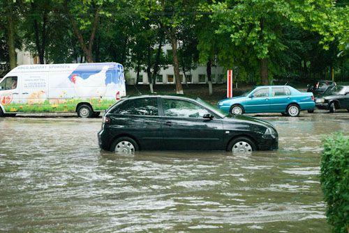 """Chirtoacă se """"spală pe mîini"""": Nu este vina Primăriei că străzile sînt inundate"""